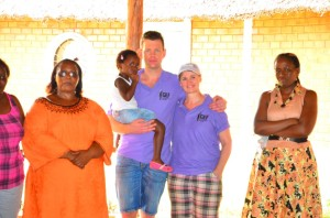 Ivon en Edwin tussen de vrijwilligers in Henny's Childrens Home